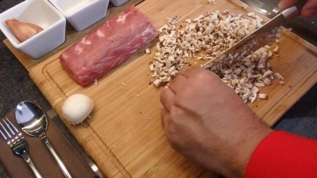 2 - Añadimos los champiñones también picados, cocinamos y salpimentamos.