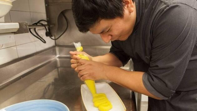 Colocar la masa de causa en una manga pastelera. Esto nos ayudará a manipularla fácilmente.