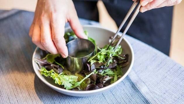 Disponemos sobre un plato un lecho con los brotes de lechuga y, en su centro, colocamos un molde redondo pequeño.
