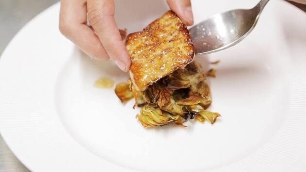 Acachofas fritas con escalope de foie en salsa de Oporto