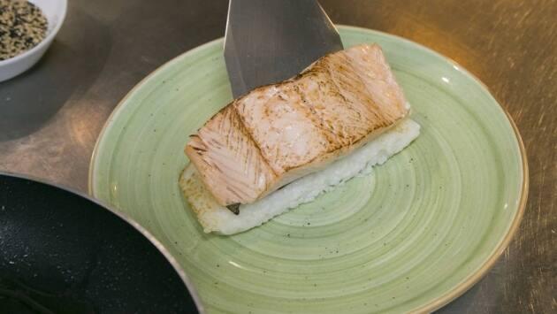Salmón flameado con sushi rice y reducción de soja