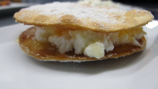 Tortitas de requesón, frutos rojos, pesto dulce y miel