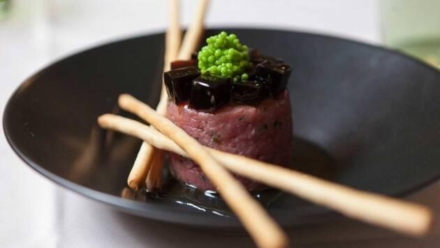 steak tartar de ternera de estilo japonés con caviar de wasabi, gelatina de soja y sésamo.