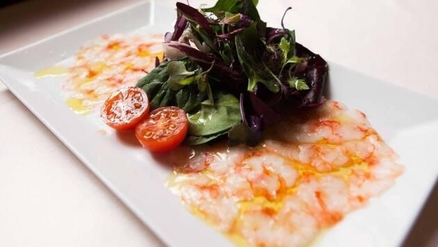 carpaccio de gambas de Tarragona con aceite de oliva virgen de la DOP Siurana y escamas de sal,
