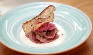 Tataki de atún con crema de almendras y granizado de uva