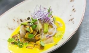 Ceviche de corvina con ají amarillo, aguacate y kikos