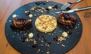 Magret de pato con crumble de manzana y reducción de Priorat