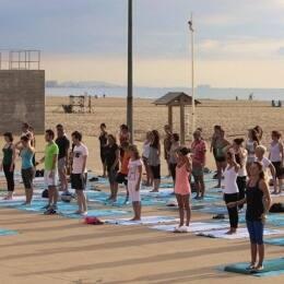 Yoga en la playa, por La Más Bonita