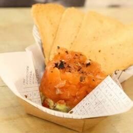 Tartar de salmón marinado con guacamole, de Peix & Chips