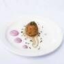 Buñuelo de queso azul con skordalià y crema de Petit Suisse