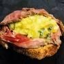 Roast-beef con aguacate y mostaza