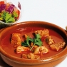 Carne de cerdo marinada en salsa pibil (achiote, caldo de carne, zumo de naranja, chile, orégano y canela) con ensalada de pico de gallo.