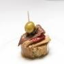 Atún en escabeche con anchoa, pimiento morrón y oliva.