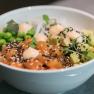 Súper Poke Bowl con salmón, aguacate y Sriracha