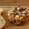 Tartar de salmón con toques del mundo y fruta de temporada