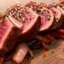 Tataki de ternera de Menorca con verduras salteadas