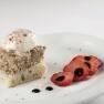 Torre de albondigón y mozzarella de búfala recubierta con una reducción de fresas y queso azul